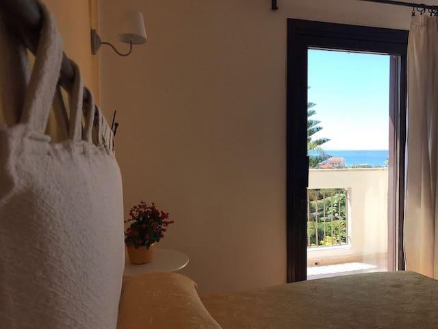 camera quadrupla con balcone vista mare - bagno in camera