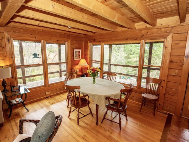 Beautiful Log Home Retreat - Hike & Swim!