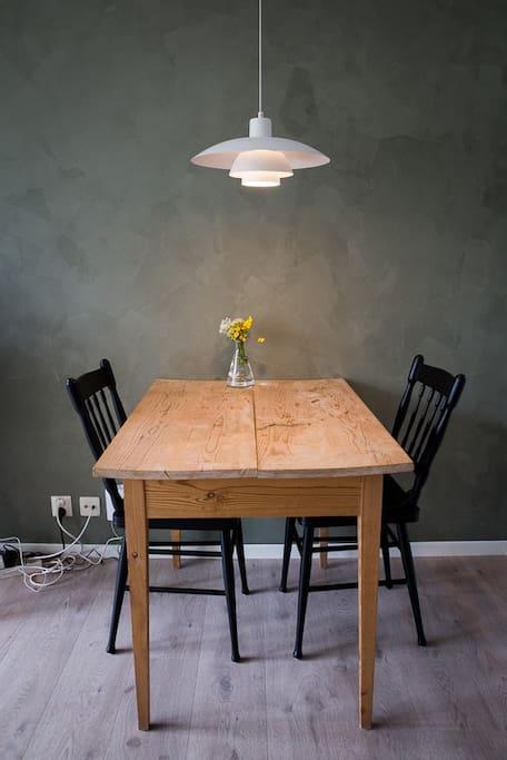 Spisebord med plass til fire