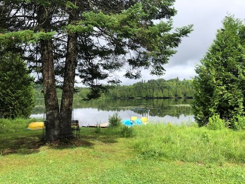 Wonderful lakefront cottage sleeps 6 (max).