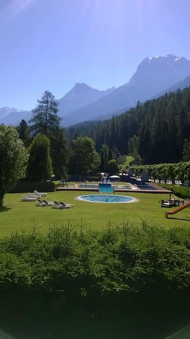 Das Schwimmbad mit Kinderbecken und Spielplatz, Liegewiese, Sprungturm, Eisverkauf und Drinks. Spielplatz frei zugänglich.