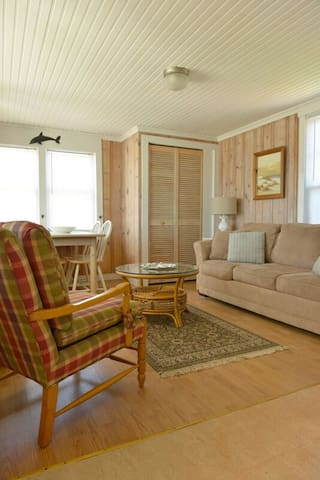 Quaint Beachfront Cottage in West Harwich Cape Cod - Harwich - Apartment