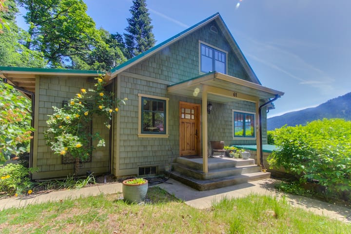 Updated cottage overlooking Columbia River - close to hiking, fishing & more!