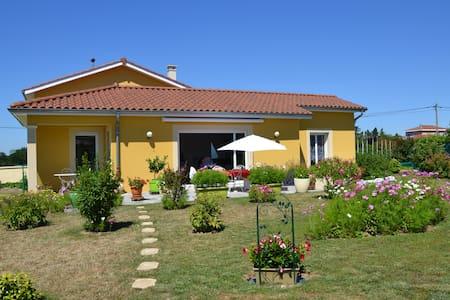 Couleur soleil, 2 chambres, Brindas 25 min de Lyon - Brindas - Hus