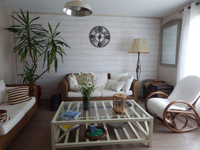 Maison avec jardin entre ville et bord de mer