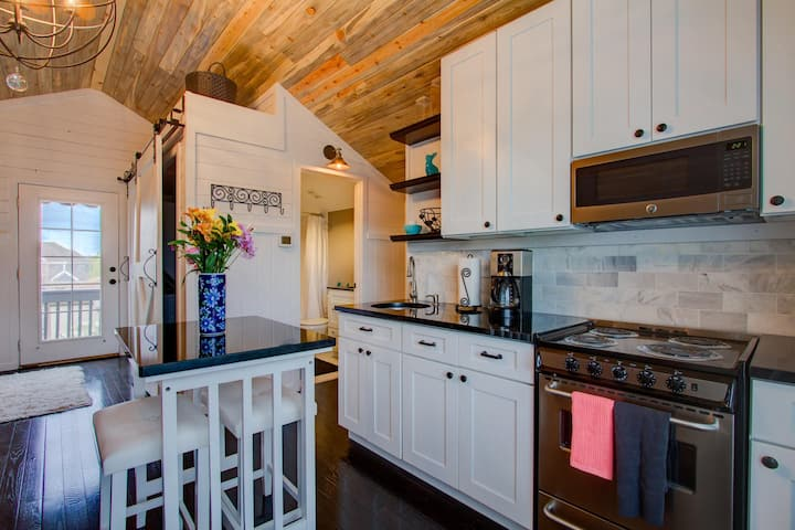 Luxury Carriage House- private kitchen & laundry