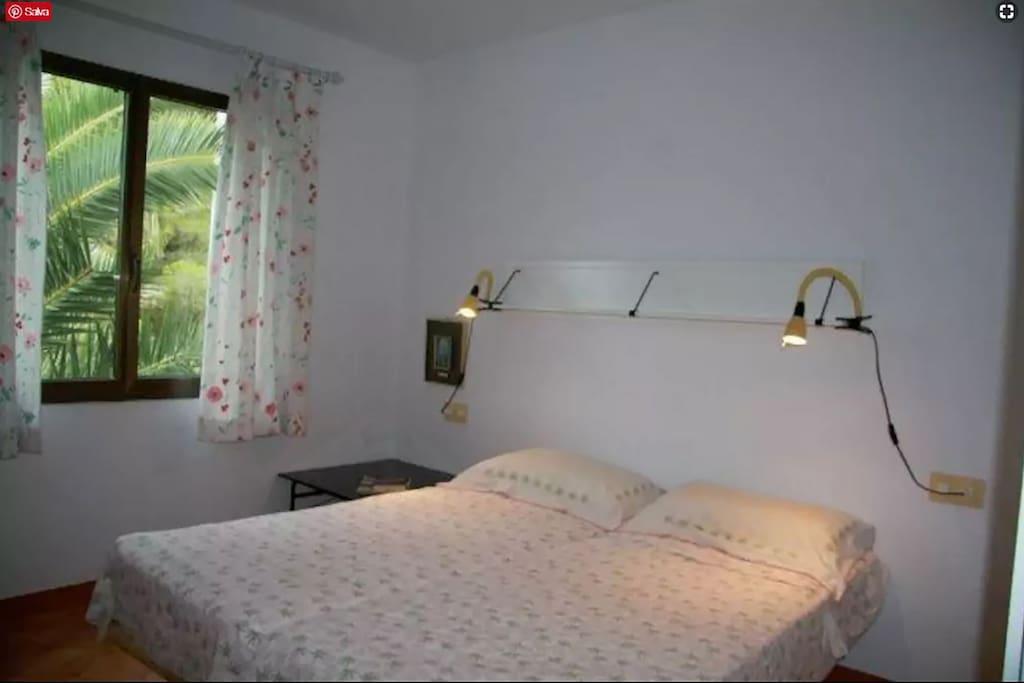 Camera da letto per un relax completo al fresco delle palme e in completa riservatezza e quiete.