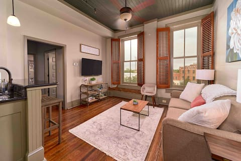 "The ""April Room"" Restored Historic Downtown Apt"