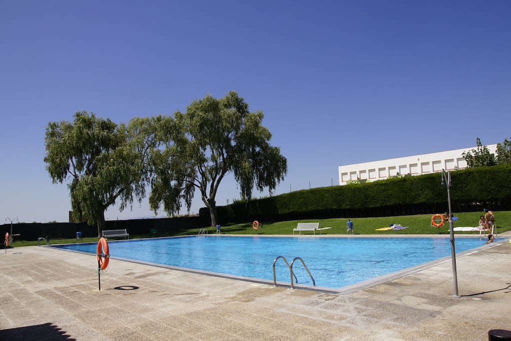 The municipal pool at 150m from the house.