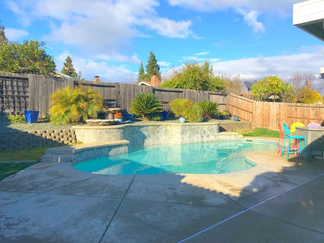 paradise!/built-in-pool/ adults only! 21 & up