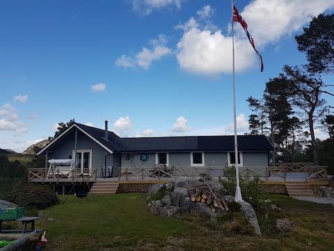 Nyrenovert hytte i naturlige omgivelser,sjøutsikt.