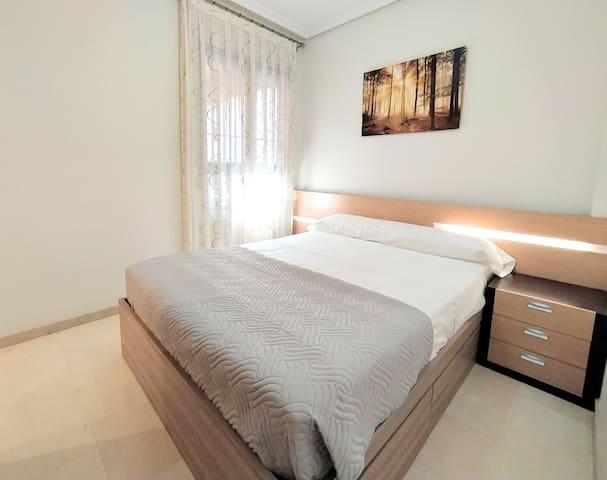 Dormitorio principal equipado con armario y baño privado