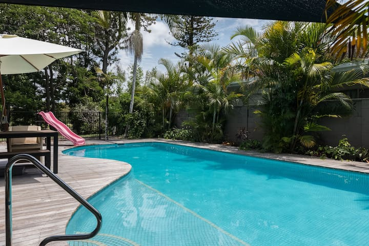 Large modern private self-contained suite + pool! - Clear Island Waters - Casa