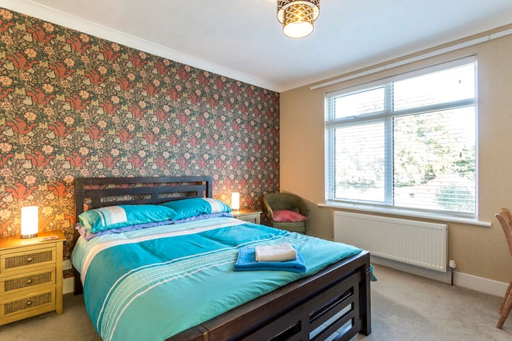 A lovely bright and airy double bedroom. - Poole - Casa