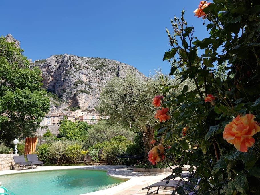 Vue de la piscine dégagée sur le village de Moustiers