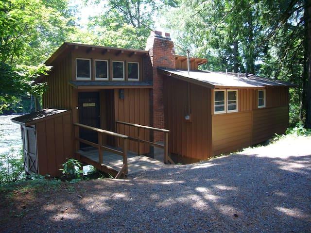 "An Enchanting McKenzie ""River Haus"" Cabin #4"