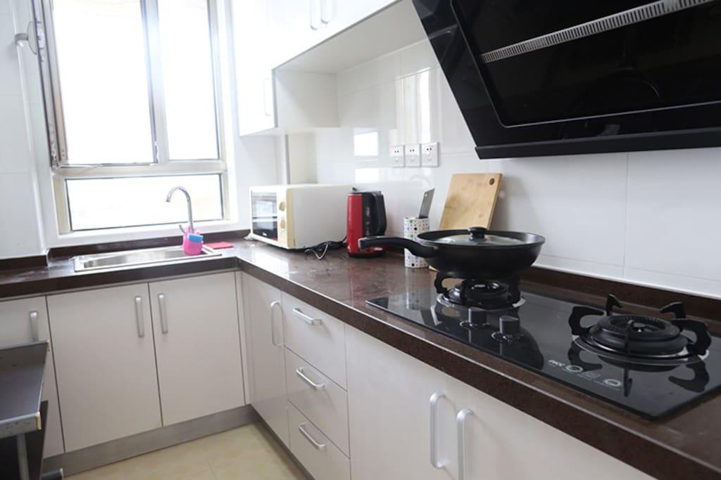 厨房 微波炉 热水壶 炒锅
