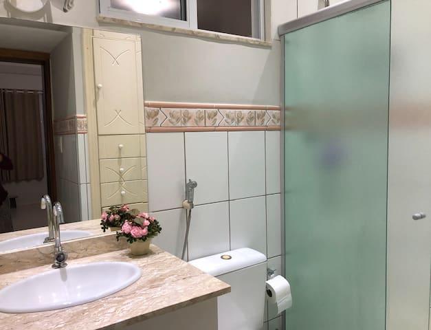 Banheiro da suite / Suite bathroom
