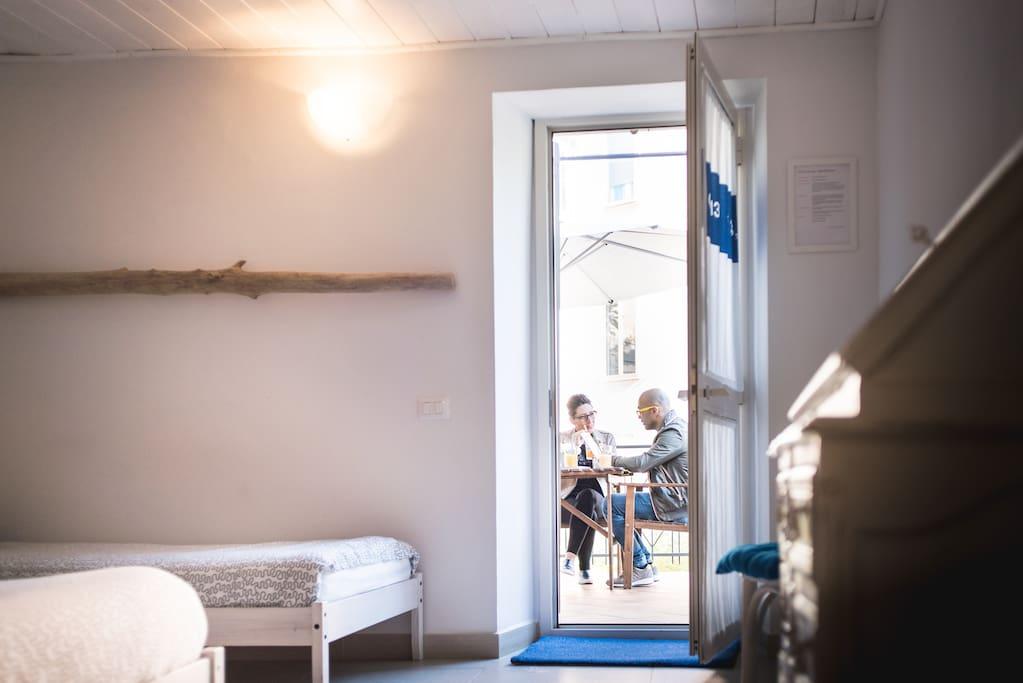 La terrazza rende questa camera particolarmente comoda, luminosa e piacevole.