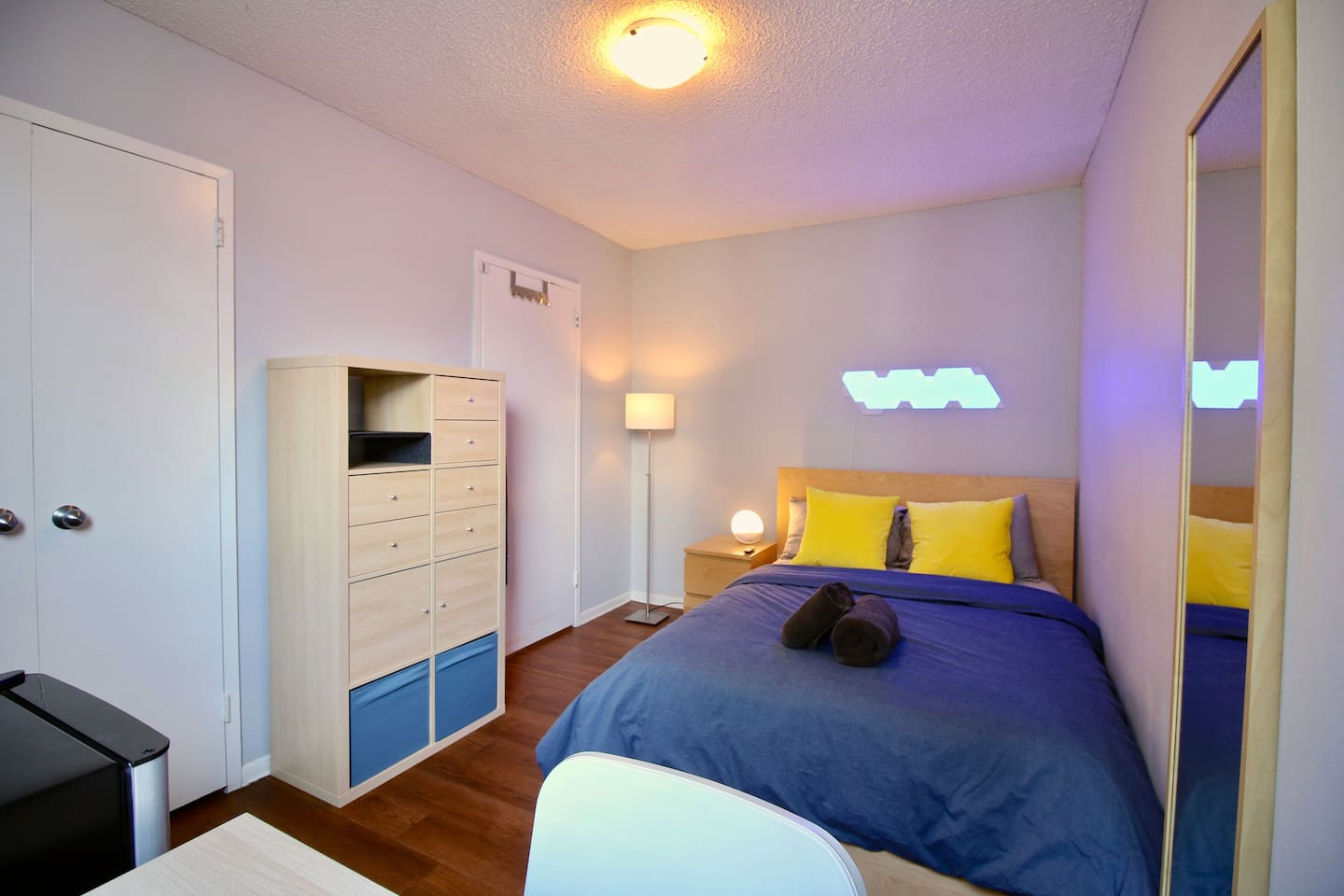 "A big, bright room with a bed that fits two adults. Includes:   - 4k HDR 43"" TV with Netflix - Workstation with a  ""24-inch monitor,  keyboard and mouse - Mini Fridge - Multiple storage solutions - Big closet - Towels"