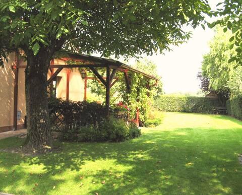 Malý zahradní domek s terasou a zahradou