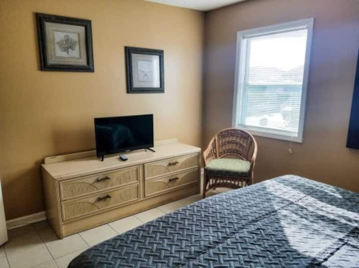 Pet Friendly King Suite~1 Block to Pier~GC Unit J