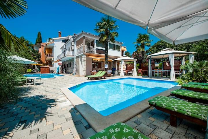 Rovinj ground floor studio apartment with 2 pools