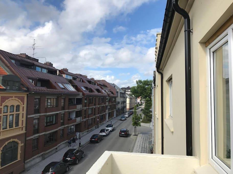 Utsikt fra veranda mot gata