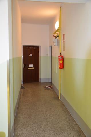 Stiegenhaus - vom Lift auf letzte Türe rechts...