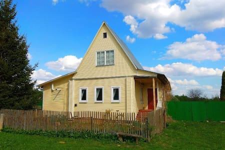 """Дом отдыха """"Домик в деревне"""" желтый"""