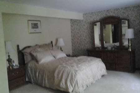 Spacious and private suburban stay - Lancaster