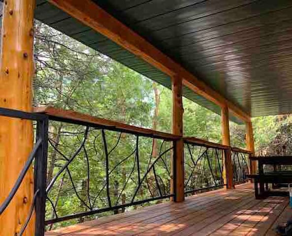 LAKEFRONT Cabin: sleeps 18 persons