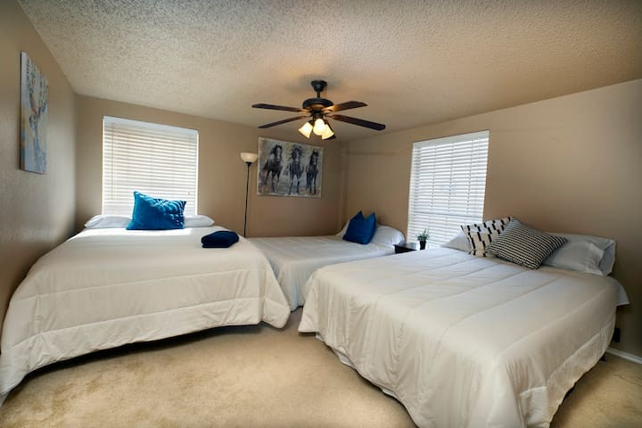 Private Room in West Campus, steps away from DT!