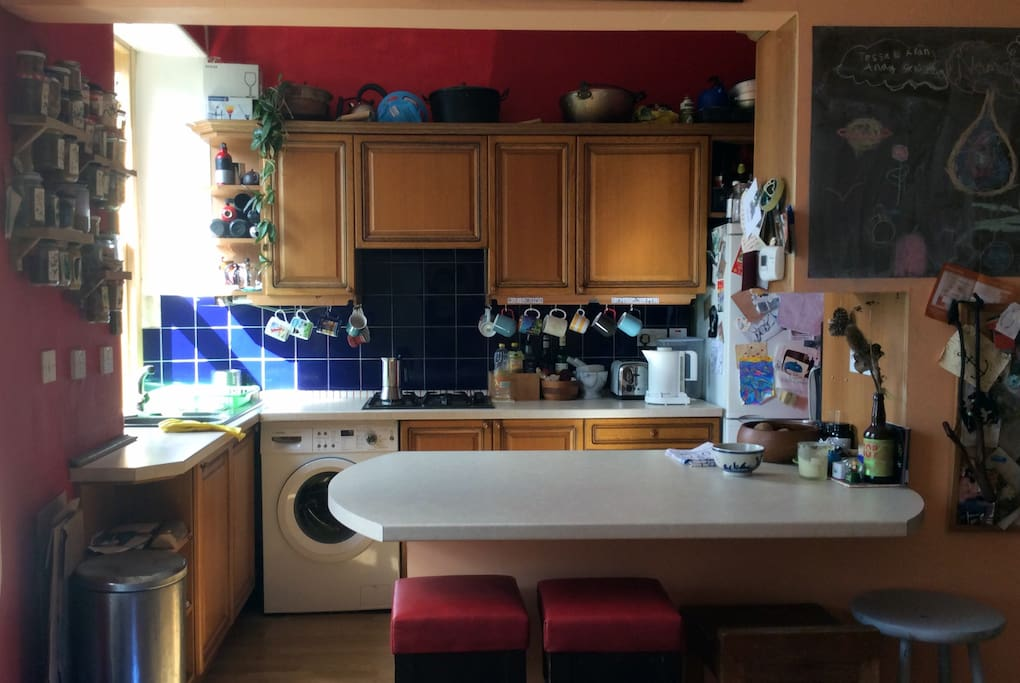 Fully-equiped kitchen with breakfast bar