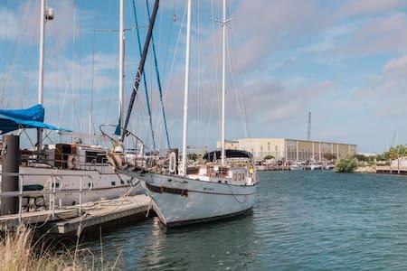 Dreamin of a sailboat on an island? - Kapal