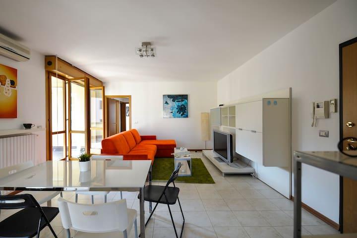 Bright 2bdr w/ample terrace 1259