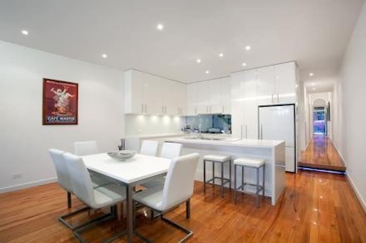 Quite, private room in contemporary house - Fitzroy North - Hus