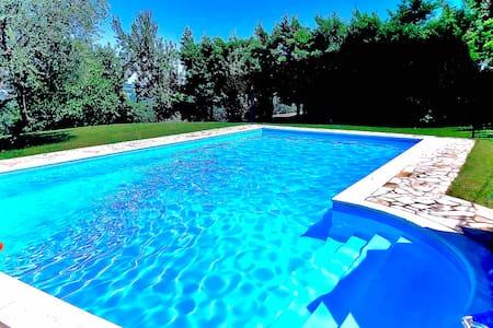 Intero piano in villa con piscina