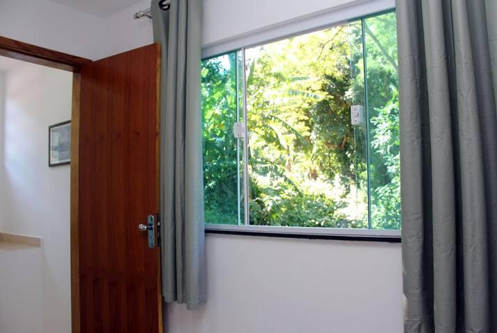 Entrada do quarto janela com vista para floresta  Entrance of bedroom window overlooking forest
