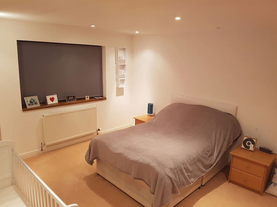 Double bedroom with cot (1)