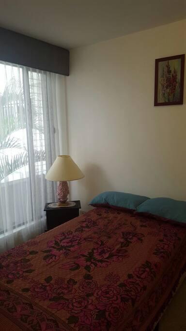 Habitación disponible  confortable y una hermosa ventana