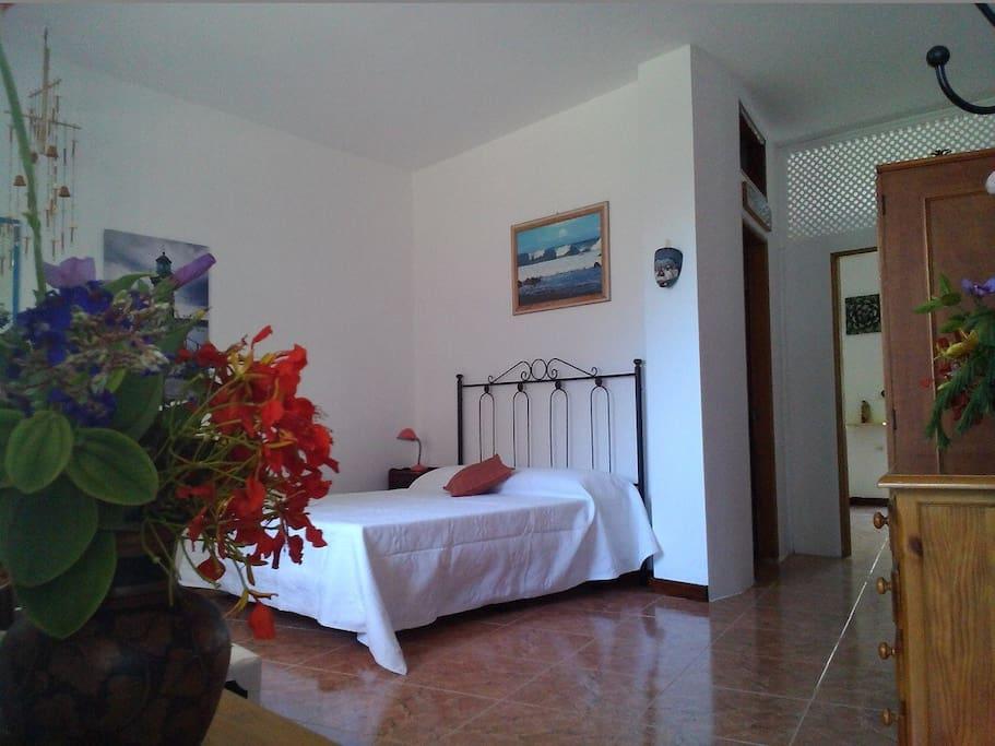Amplio dormitorio con zona de estar y escritorio con conexión Wi - Fi.