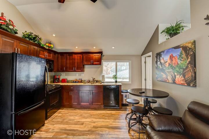 ♥Of Manitou Springs☆2min to Restaurants, Hot Tub!