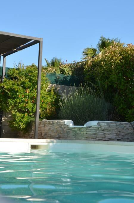 Une piscine de 8 par 4.
