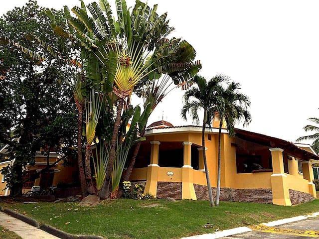 Hermosa Residencia en  coto privado - Colima  - Rumah