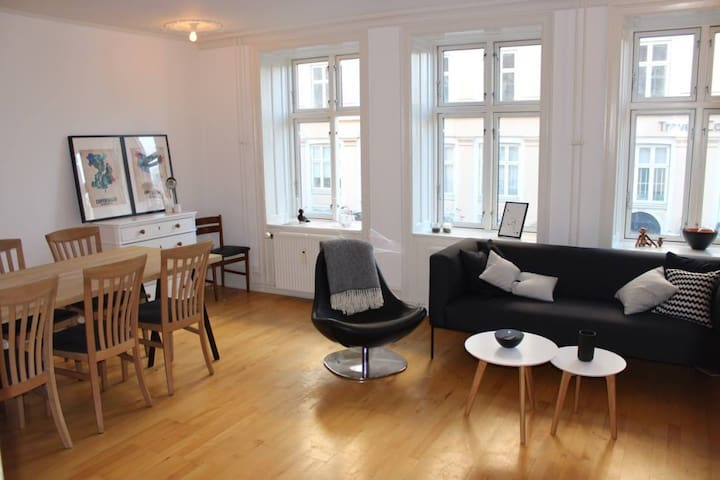 Big, centrally located apartment for 6-8 persons - København - Flat