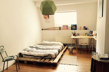 Sunny quiet room in cosy appartement, St Gilles. - Saint-Gilles - Apartment