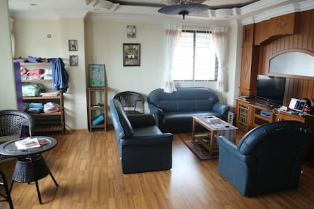 Sunny Room in Downtown Expat Flat - 仰光