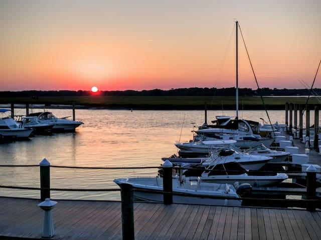 WATERFRONT,BEACH, POOL, BOAT, CONDO 5 BEDS, 2B