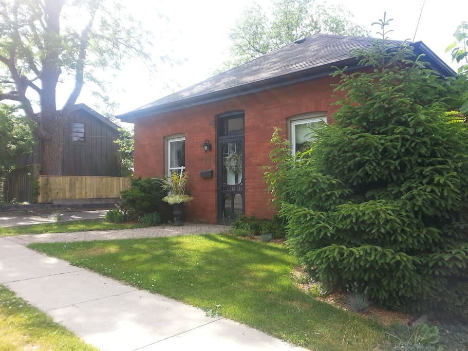 Adorable brick cottage in the heart of Dundas